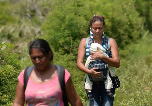 Una mujer carga a su bebé en su camino a Estado Unidos. (Foto: Archivo/Soy502)