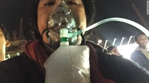 Dennis Mallari cuando fue atendido por inhalación de humo. (Foto: CNN)