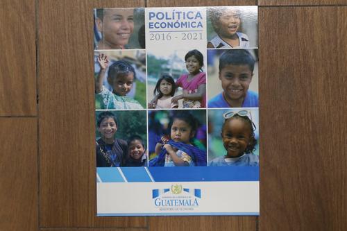 Tiene 42 páginas y explica el crecimiento económico previsto. (Foto: Alejandro Balán/Soy502)