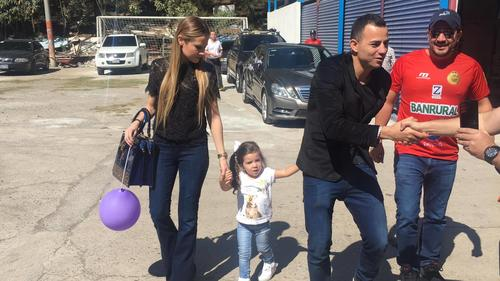 Marco Pappa junto a su familia a la entrada del estadio Manuel Felipe Carrera. (Foto: Luis Barrios/Soy502)