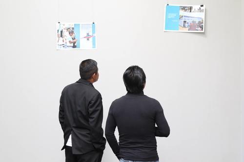 Pedro Cajtunaj observa junto a otra persona los proyectos realizados por Techo en diversas comunidades del Guatemala en 2016. (Foto: Alejandro Balán/Soy502)