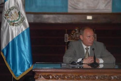 Durante su estancia en Guatemala, Vladimir Putin se reunió con el presidente de la república Oscar Berger.  Foto Facebook