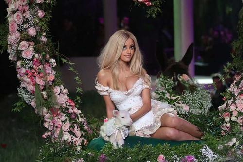 Zahia no era famosa hasta que estalló este escándalo que la convirtió actualmente en empresaria de moda y modelo. (Foto: europe1.fr)