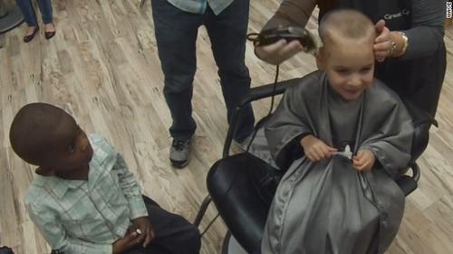Momento en el que Jax se afeita el cabello como su mejor amigo Reddy. (Foto: captura de pantalla)