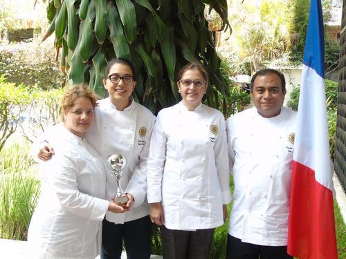 Los chefs lucen orgullosos sos trofeos. (Foto: Embajada de Francia en Guatemala)