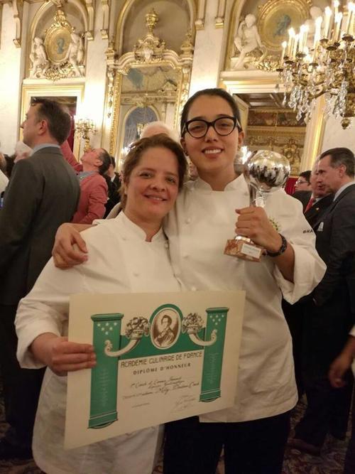 Titi Bruderer junto a su equipo recibiendo el reconocimiento. (Foto: Embajada de Francia en Guatemala)