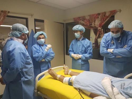 Los médicos de Estados Unidos evalúan a las sobrevivientes de la tragedia en el Hogar Seguro Virgen de la Asunción. (Foto: Facebook / Hospital San Juan de Dios)