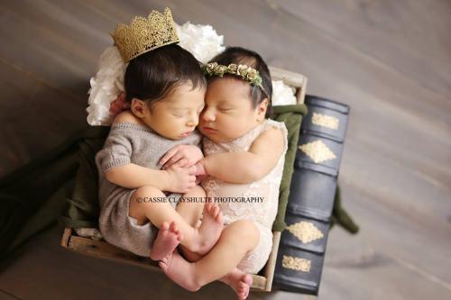 Romeo y Julieta en una sesión de fotos días después de nacer. (Foto: Facebook Cassie Clayshulte)