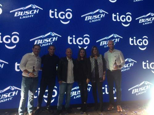 Personeros de Tigo y Busch Light en el momento de presentar el evento. (Foto: Magui Medina/Soy502)