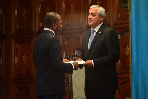Robinson durante la presentación de sus cartas credenciales ante Otto Pérez Molina. (Foto: archivo)