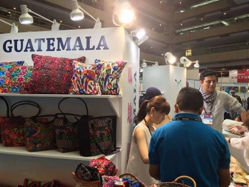 Accesorios para al hogar y prendas de vestir hechas por artesanos guatemaltecos desean conquistar el corazón de Asia. (Foto: AGEXPORT)