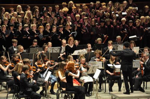 Bruno Campo junto al coro y la Orquesta Sinfónica Juvenil Carl Nielsen en Dinamarca. (Foto: CNUS)