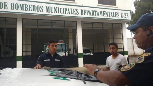Bomberos Municipales Departamentales de Santiago Sacatepéquez  colocan una moña negra sobre una de sus ambulancias en señal de duelo, tras el fallecimiento de la bombero Mercedes Pec. (Foto: CBMD Santiago Sacatepéquez )