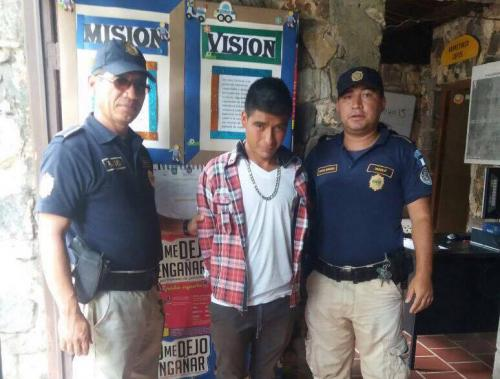 Jorge Mario Carías Monroy fue capturado por cobrar parqueo dentro de La Antigua Guatemala. (Foto: PNC)