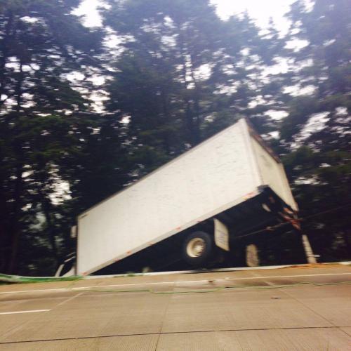 El camión sufrió desperfectos mecánicos, no hubo heridos. (Foto: Twitter)