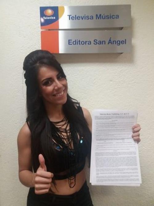 Fabiola muestra su contrato con Televisa Música. (Foto: Fabiola Roudha)