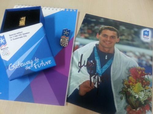 Éstos fueron algunos de los regalos que dejó la delegación de Rusia durante su estancia en Guatemala. En la fotografía, Aleksandr Popóv nadador olímpico de Rusia, ganador de dos medallas de oro en los Juegos Olímpicos de Verano en Barcelona. Foto Soy502
