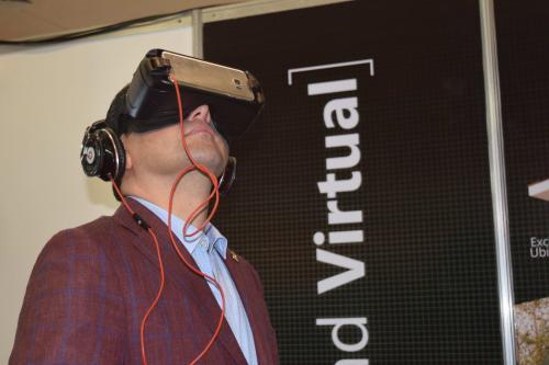 El Presidente Jimmy Morales participó en la inauguración de ExpoCasa 2017. Probó una tecnología de realidad virtual para visualizar un proyecto inmobiliario. (Foto: Vivian Nij/Soy502)