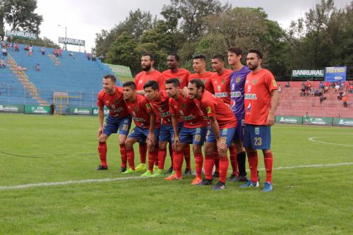 Del Piero posó con los jugadores de Municipal antes del partido. (Foto: Fredy Hernández/Soy502)