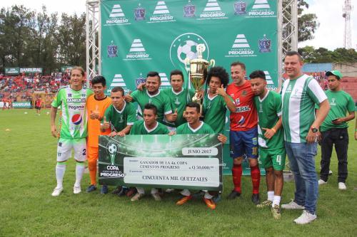 Los campeones de la Copa Cementos Progreso recibieron el premio de manos de los históricos futbolistas. (Foto: Fredy Hernández/Soy502)