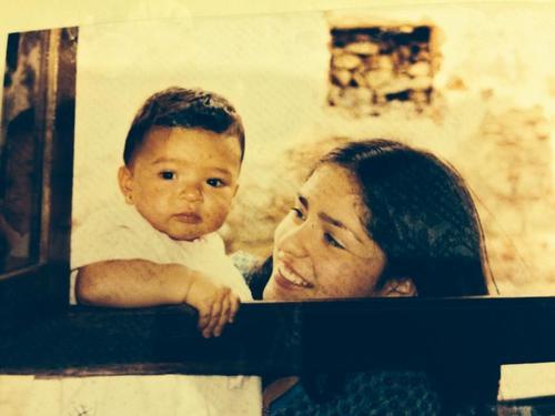 Mi hija mayor, de bebé, con su tía Meme. (Foto: Archivo personal).