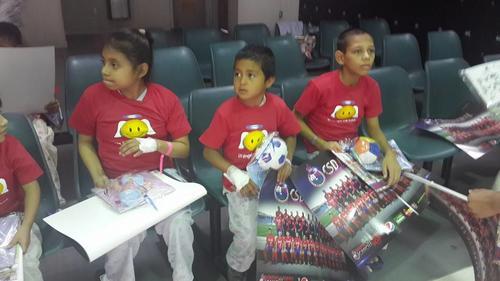Niños de la pediatría del hospital Roosevelt recibieron posters y juguetes del Club Municipal. (Foto: Selvyn Ponciano)