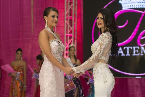 Este es el momento en el que Valiera Portillo y Nathalie Stuhlhofer esperan escuchar el veredicto final para saber quien obtendría la corona de Miss Teen Guatemala 2016. (Foto: Mario Ventura/Miss Teen Guatemala(