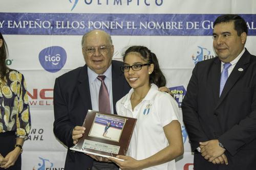 La gimnasta guatemalteca, Ana Sofía Gómez, recibe el reconocimiento de la FADO por ser medallista en Toronto 2015. (Foto: Marcelo Jiménez/Soy502)