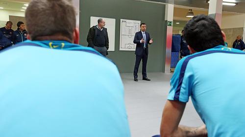 Josep María Bartomeu al momento de dirigirse a los jugadores en los camerinos. (Foto: Miguel Ruiz/FCB)