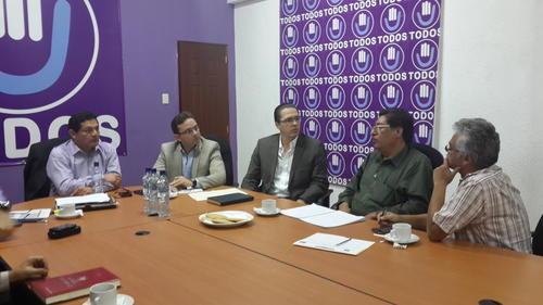 Luis Lara del Sindicato de Trabajadores de salud también se reunió con la bancada Todos.  (Foto: Congreso de la República)