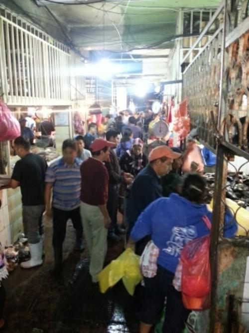En el área de mariscos se vio el movimiento habitual de todos los días luego de que los mismos comerciantes limpiaran el área que les corresponde.  (Foto: Archivo/Soy502)