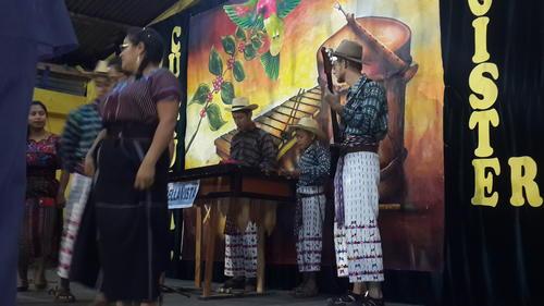 El maestro vive como uno más en la comunidad y participa de las festividades y eventos escolares. Aquí, compartiendo con alumnos, compañeros y padres de familia. (Foto: Armando Quiacaín).