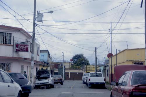 Uno de los problemas que más afecta a los vecinos del barrio San Antonio son los talleres mecánicos que utilizan la vía pública para realizar sus trabajos. (Foto: Fredy Hernández/Soy502)
