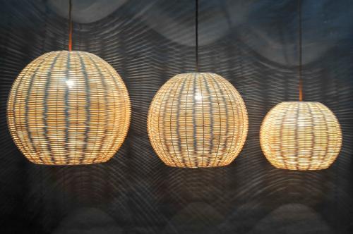 Las lámparas de mimbre son una bella opción. (Foto: Marta Penina Cesteria)