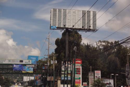 La valla fue retirada el lunes y reubicada en otro lugar. (Foto: Fredy Hernández/Soy502)