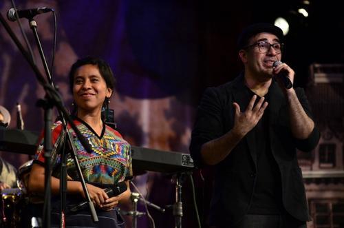 Sara Curruchich acompañó a Malacates Trébol Shop en su show. (Foto: Selene Mejía/Soy502)