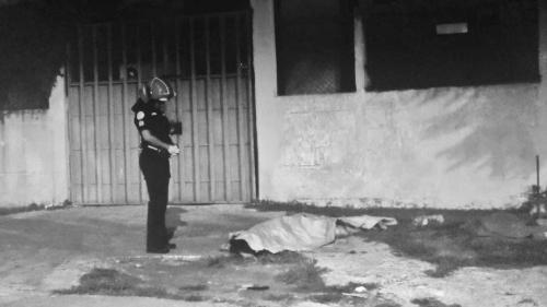 La mujer atropellada vestía blusa y bóxer de color negro, según informaron los Bomberos Municipales. (Foto: Bomberos Municipales)