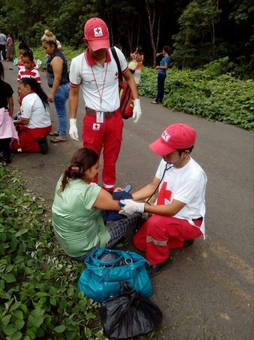 Al menos diez personas fueron atendidas en el lugar del accidente de tránsito. (Foto: Cruz Roja Guatemalteca)