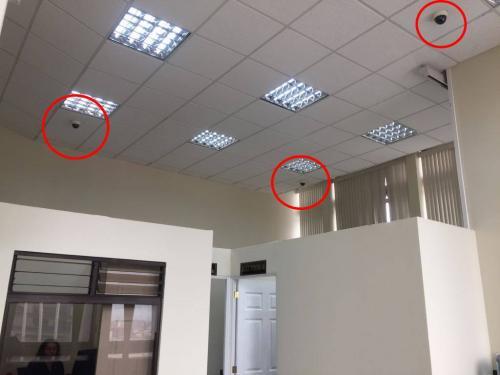 Vista del área del Tribunal de Sentencia de Mayor Riesgo D, donde las cámaras se ubican sobre los despachos de los tres jueces. (Foto: Evelyn de León/Soy502)