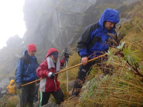 Christian Rodríguez guiando a un grupo de personas ciegas a la cima del volcán Tajumulco. (Foto: Christian Rodriguez)