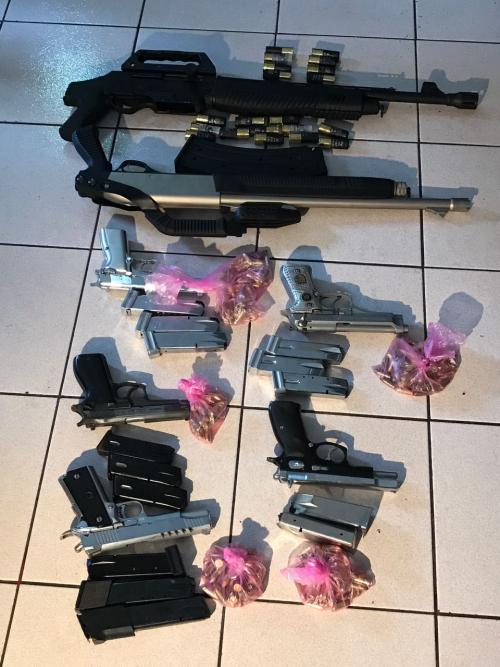 Estas son las armas con las que ingresaron los siete hombres a un rastro en Villa Nueva. (Foto: PNC)