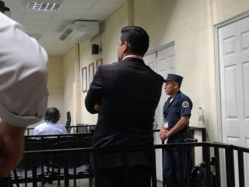 Carlos Guerra Jordán, titular del Juzgado Cuarto de Primera Instancia Penal mira Silvia de León, titular del Juzgado Sexto. (Foto: Soy502)