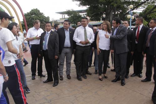 El presidente Jimmy Morales saludó a varios jóvenes que encontró en su camino al abandonar la actividad. (Foto: Fredy Hernández/Soy502)