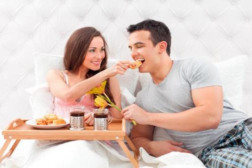 El desayuno en la cama es un detalle romántico que nunca pasará de moda (Foto: static.vix)