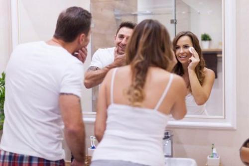 Tener un espejo amplio, evitará que tengas que esperar tu turno (Foto: cheatsheet)