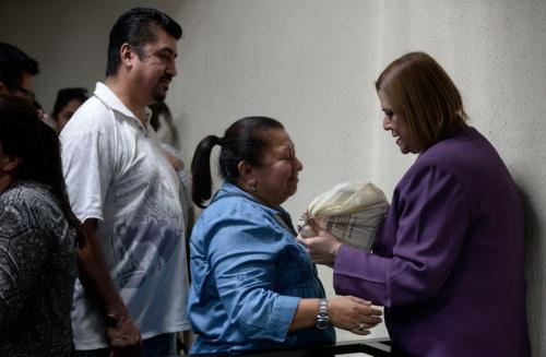 A mediodía, durante un receso, el juez permitió que Keller saludara a un grupo de mujeres que llegó a apoyarla durante la audiencia. (Foto: Wilder López/Soy502)