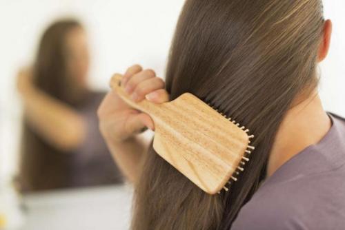 Si cada noche, dedicas un par de minutos a cepillar tu cabello, verás excelentes resultados (Foto: vix.com)