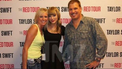 Fotografía previa a que Mueller metiera la mano bajo la falda de Swift durante un show en el Pepsi Center de Denver, el 2 de junio de 2013. (Foto: TMZ)