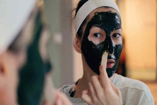 Los fines de semana son la ocasión perfecta para aplicarte la mascarilla (Foto: Telemundo)