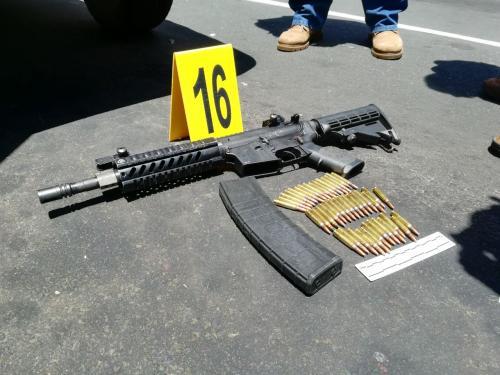 Armas encontradas dentro del vehículo en el que huían los pandilleros. (Foto: PNC)